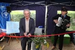 Dr. Michael Jung durchschneidet das Band - Eröffnung Schatzkiste - Kinderschutzbund Wiesloch