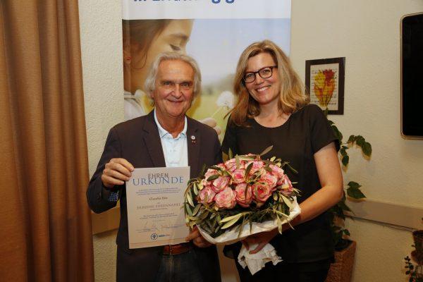 Claudia Bös erhält Ehrennadel